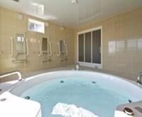 体の不自由な方も楽に入浴専門員がサポートします。